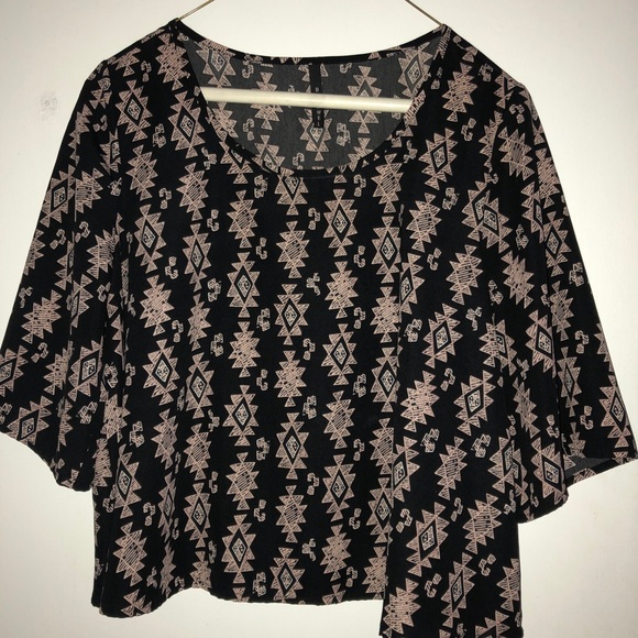 B Jewel Tops - Geometrical black crop top only wore once